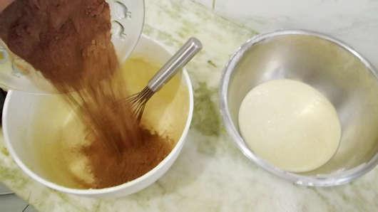 Separando Mezcla Para Torta Marmolada