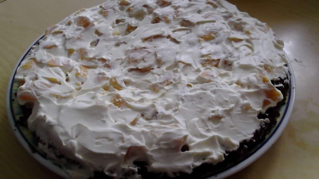 torta de chocolate y duraznos