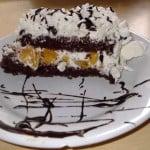 Torta de chocolate, crema y duraznos